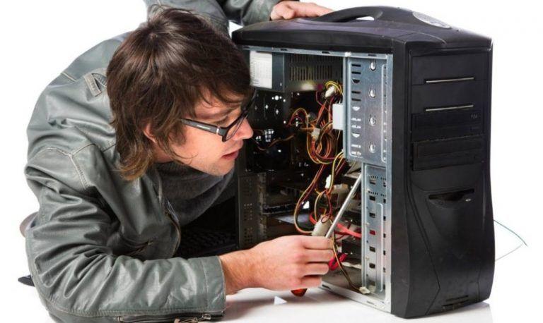 Nuestro Técnico Elvis Reparando un Ordenador